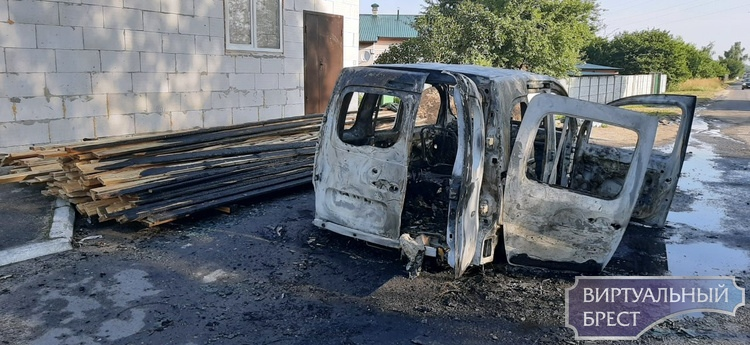 Ночью на ул. Свято-Афанасьевской произошел пожар в легковом автомобиле «Рено»