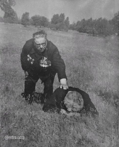 Просто ещё одно сильное фото. Встреча ветеранов на поле около Саур-Могилы. Донецкая область, Лето 1973г.О штурме высоты написана песня «Послушай ветры над Саур-Могилой», слова Фёдора Даниловича