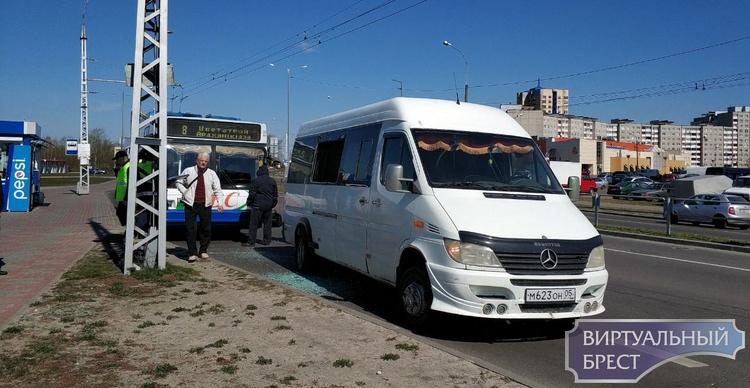 На ул. 28-го Июля столкнулись микроавтобус и троллейбус