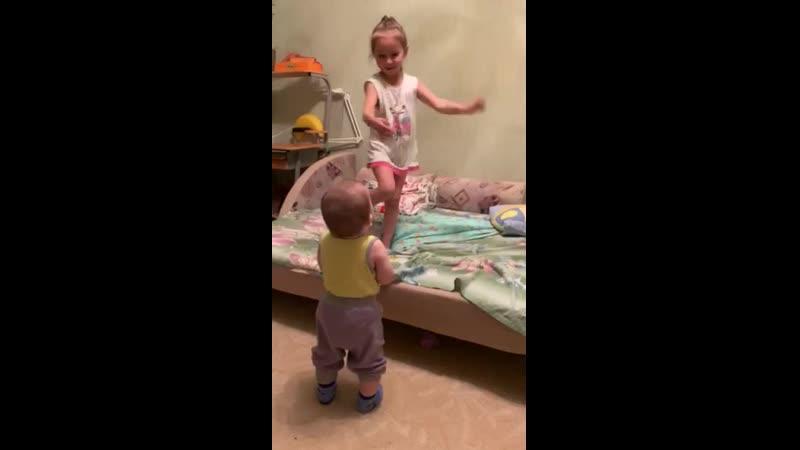 Милена танцует чача))