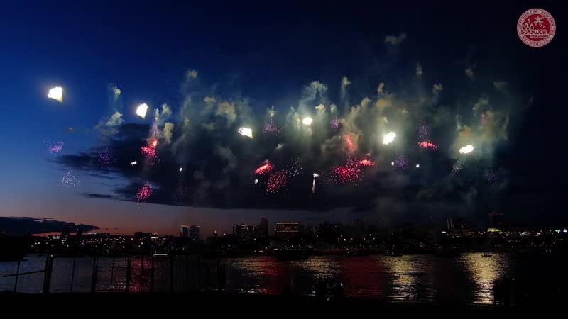 XVI фестиваль фейерверков на реке Обь в Новосибирске Огни в честь любимого города Большой Праздник Сибирь Новосибирск