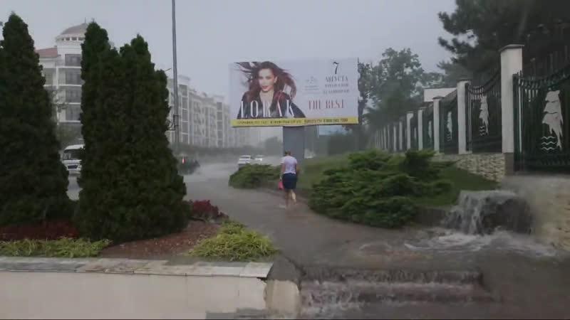 В Геленджике ливень затопил улицы и набережную  В настоящее время дождь прекратился, вода сошла.  27 июля несколько улиц в центр