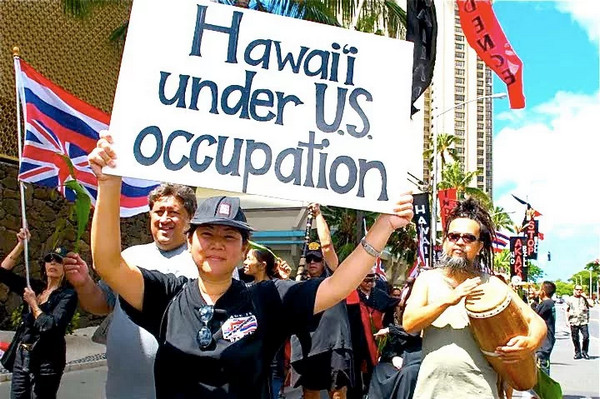 КОРОЛЕВА БЕЗ ТРОНА: КАК США ЗАХВАТИЛИ ГАВАЙИ Знаменитые гавайские рубахи, море, солнце, приветствие: «Алоха!» и загорелые туристы такой образ знаменитого американского штата сразу же всплывает в