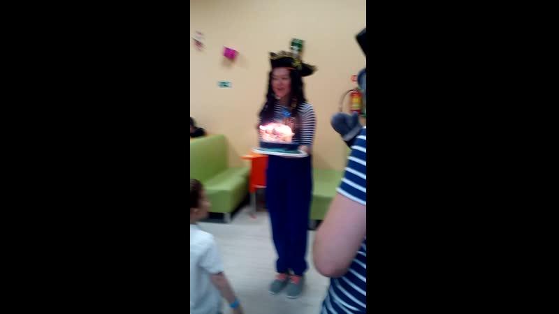 Пират принёс праздничный тортик