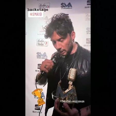"""Isabella Misceo🎗 ✈😎🇬🇧 ❤❤❤ on Instagram """"Questo è per voi 💙 FabrizioMoro HoBisognoDiCredere FabrizioMoroSMA19 SeatMusicAwards musicawards19 s..."""