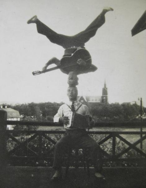 Музыканты-акробаты, 1926 год