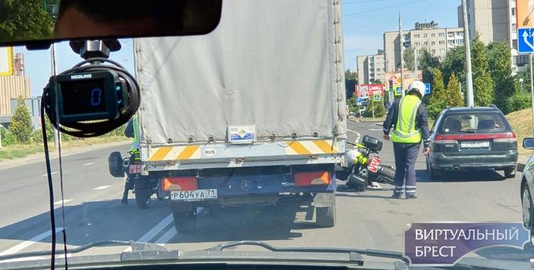 В ДТП на ул. Гаврилова попал мотопатруль ГАИ? Или просто упал?