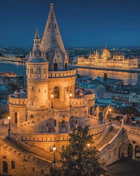 Великолепный снимок Рыбацкого бастиона и здания парламента на заднем плане, Будапешт, Венгрия