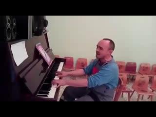 """""""Монтировали видеонаблюдение в детском саду, не удержался, поиграл на фортепиано""""."""