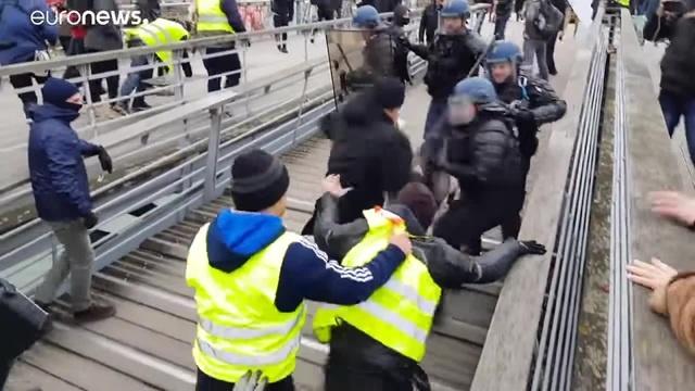 Мирные протестуны:3 (у нас такие недовольныев начале 90х тоже добились изменений еле выжили мы потом после ельциновских реформ)