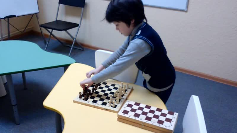Федор Сергеевич готовится к сеансу одновременной игры на нескольких досках со своими одногруппниками и преподавателем