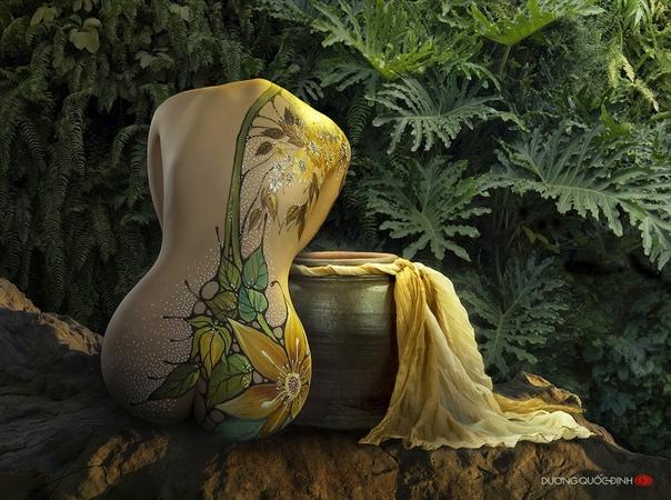 Сдержанно-эротичный боди-арт Боди-арт одно из самых интересных направлений современного искусства. Оно включает в себя не только рисунки на коже, но и язык тела, позы и жесты. Фотохудожник Дуонг
