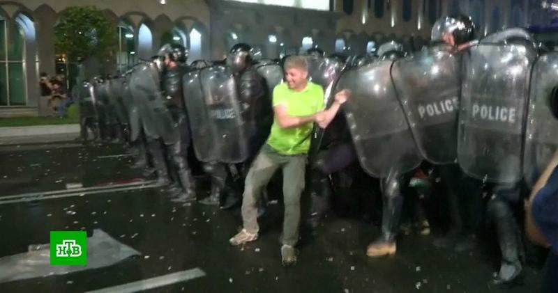 Депутат Госдумы: митингами в Тбилиси управляли англоговорящие кураторы