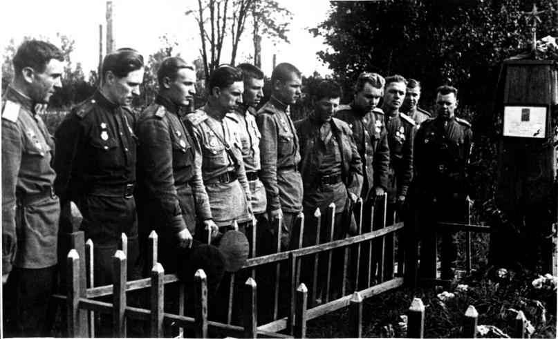 1944 год. Латвия. Боевые друзья у могилы командира 19-го гвардейского стрелковог...