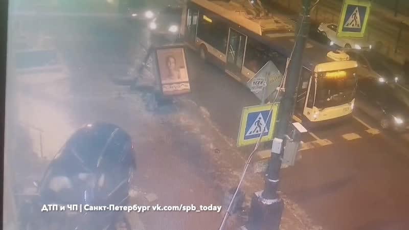 Мерседес влетел в дом в Петербурге