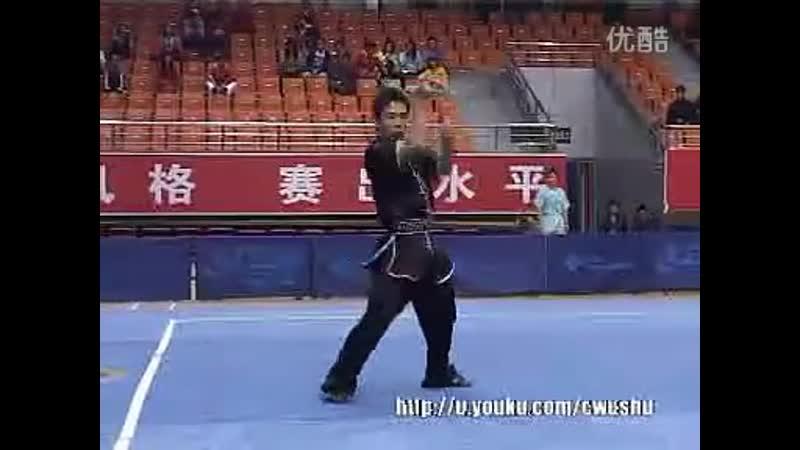 2010年全国武术套路锦标赛(传统)M24 001 男子三节棍 王地 - YouTube (360p)