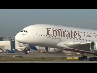Airbus A380 авиакомпании Emirates выполняет посадку конвейером