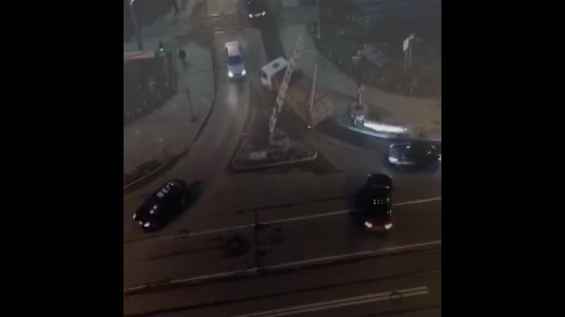 В Кудрово какой то красавец на мусоровозе решил протиснуться в ограничительные ворота