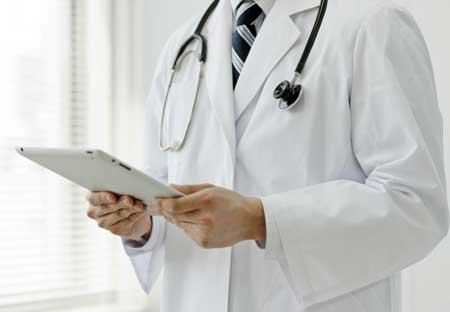 Гинекологический онколог специализируется на лечении рака яичников, шейки матки и матки.