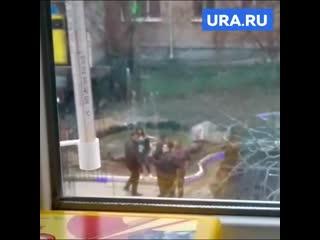 Уральский депутат Госдумы Ионин стреляет из автомата у жилых домов