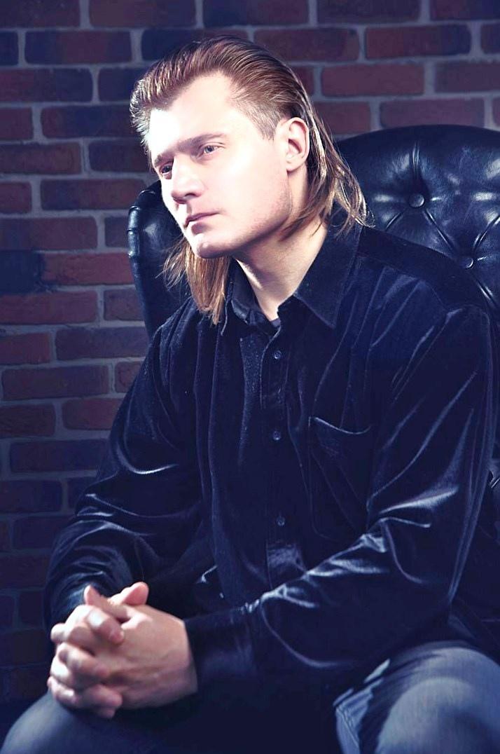 Алексей Фомин — российский исполнитель, сочиняющий потрясающую музыку.