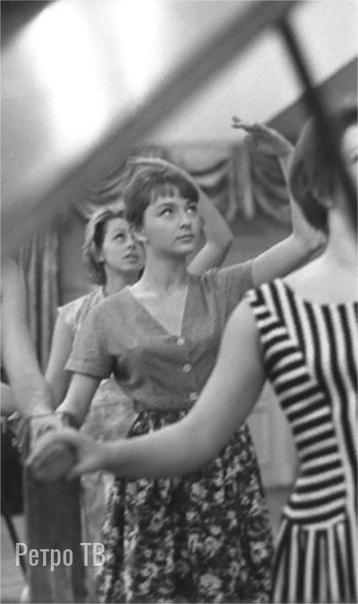 Актриса Анастасия Вертинская на уроке пластики в Высшем театральном училище имени Б В. Щукина. 1964 год. Фото Георгия Тер-Ованесова.Спасибо за и
