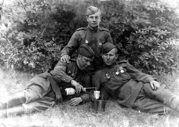 Советские солдаты пьют за Победу. 9 мая 1945 года.