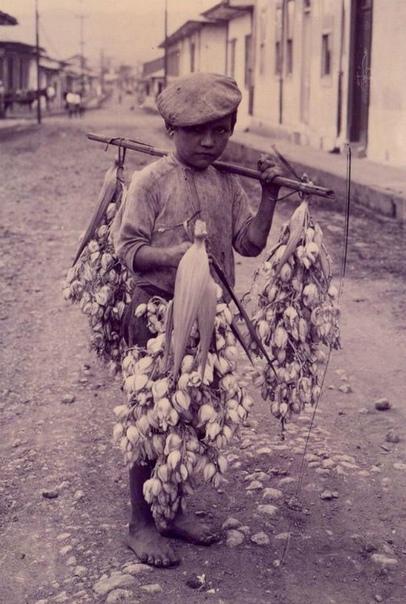 На этой фотографии 1918 года, сделанной Мануэлем Гомесом Миралесом, запечатлен босоногий уличный продавец из Сан-Хосе