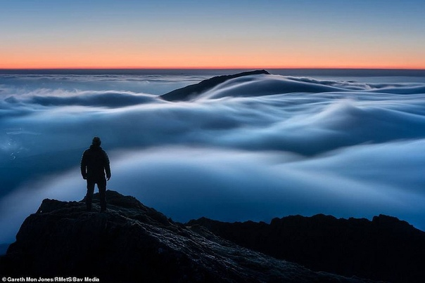 Инверсия облаков, на рассвете в Сноудонии (Великобритания)