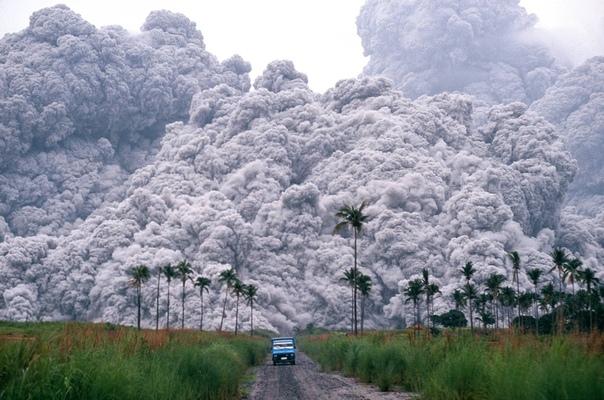 Извержение вулкана Пинатубо в 1991 году на Филиппинах.