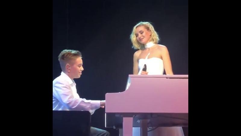Полина Гагарина спела вместе со своим сыном Андреем Москва Мегаспорт