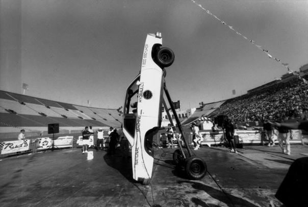 LOW RIDER Пока остаётся неясным, когда точно лоурайдеры впервые вошли в автомобильную культуру, но пока люди модифицировали свои автомобили, понижая или повышая подвеску, меняя в большую сторону