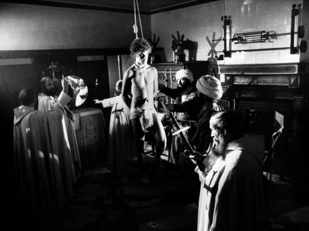 «Гипотеза похищенной картины» (1979) Псевдодокументальный фильм режиссёра Рауля Руиса по роману Пьера Клоссовски «Бафомет».Дело происходит в особняке старого Коллекционера. Он собрал 6 картин