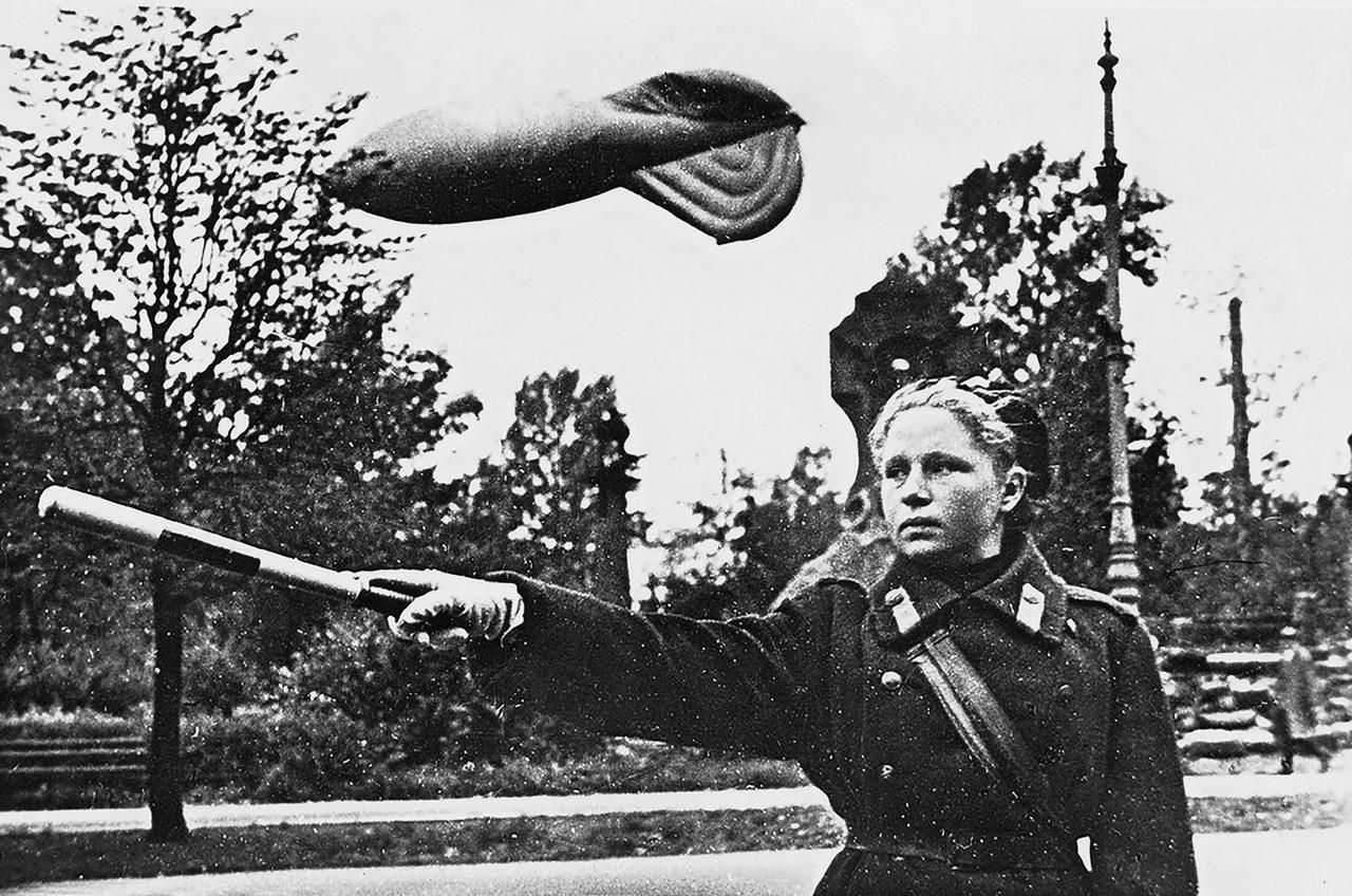 Милиционер-регулировщица на посту в Ленинграде https://waralbum.ru/386679/