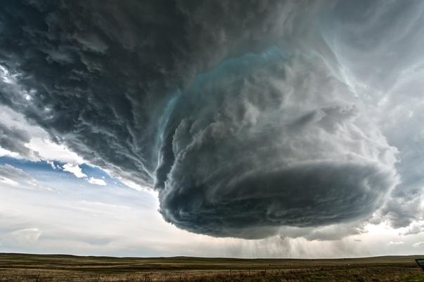Суперячейка  это очень мощное конвективное образование в атмосфере, которое непрерывно рождает всевозможные явления погоды: молнии, сильный ливень и шквальный ветер, град и даже торнадо