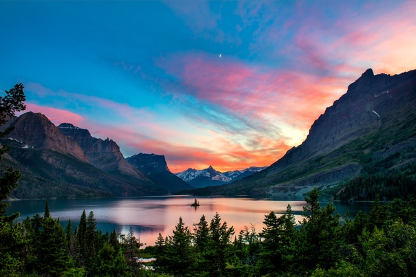 Красочный закат над озером Сент-Мэри в Национальном парке Глейшер