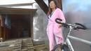 На видео Я Александрова Татьяна ЮРьевна в малиновом платье летних сапогах и эксклюзивной сумкой