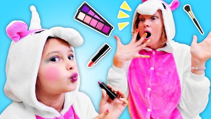Çocuk videosu. Unicorn kız makyaj yapıyor. Anne kız oyunu