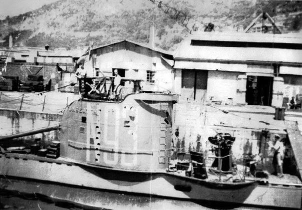 Чехарда с флагами Автор статьи - Владимир Нагирняк Источник - Подводники Второй мировой войны испытывали трудности, действуя в рамках ограниченной подводной войны. Наличие в зоне боевых действий