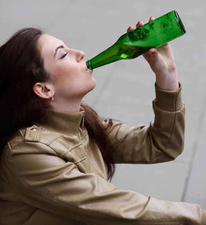 Алкоголики, которые отрицают или скрывают свою зависимость, часто борются с принятием лечения.