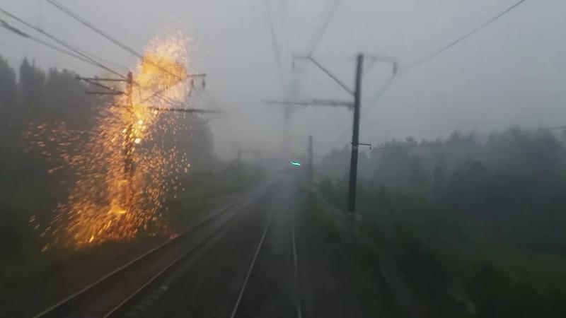 Гнев небес. Мощные удары молнии рядом с поездом. Сильнейший ливень.