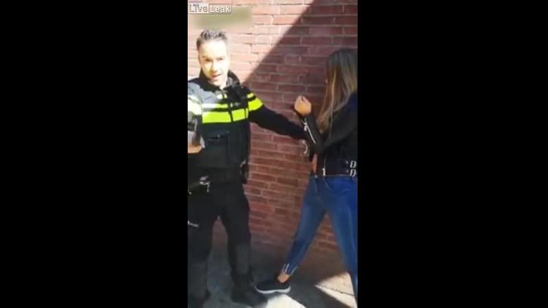 Задержание трудных подростков Нидерланды Потушил дубинкой