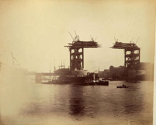 КАК СТРОИЛСЯ ТАУЭРСКИЙ МОСТ Тауэрский мост самый знаменитый мост Лондона и один из символов не только города, но, пожалуй, и всей Англии. Со своими готическими башнями он имеет необычный, легко