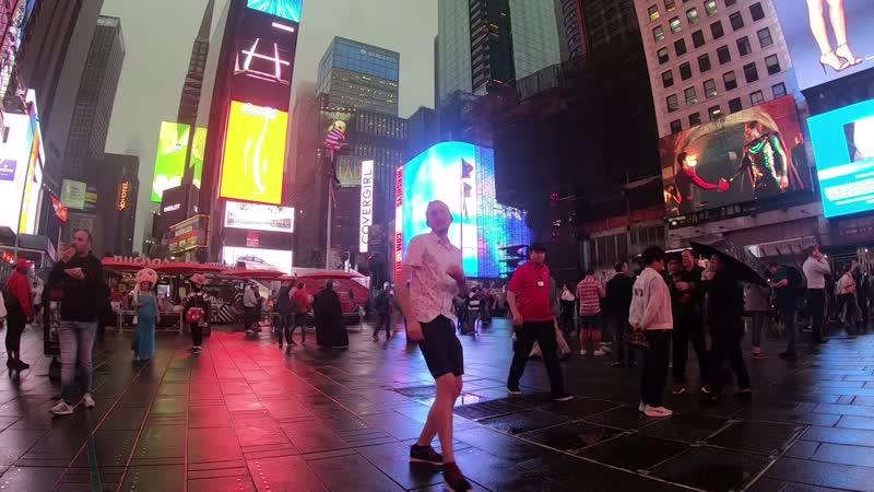Пригласил всех потусить на Таймс Сквер, но никто не пришёл