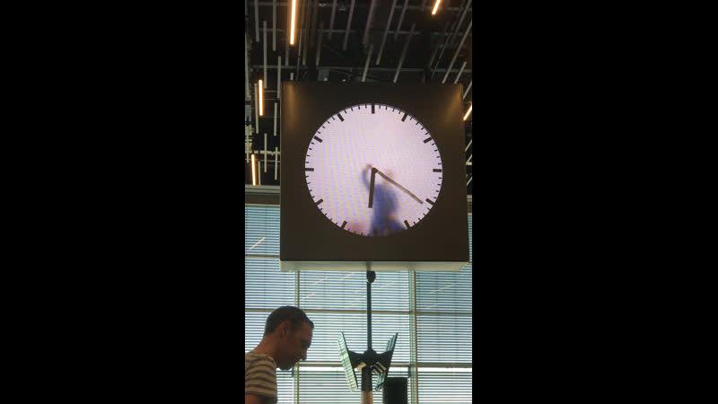 Прикольные Часы в аэропорту Амстердама Схиполе