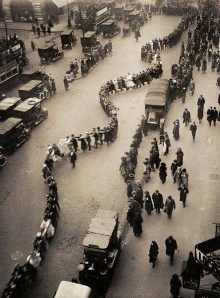 Студенты Лондонского Университета танцуют на улице Лондона, 1923 год.