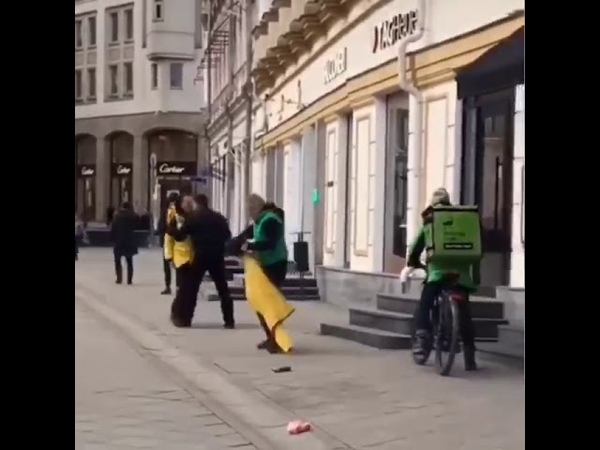 Драка курьеров Delivery Club и Яндекс Еда в центре Москвы. Оказался пранком от Эдварда Била.
