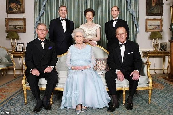 Королева Елизавета и принц Филипп отмечают 72-летие со дня своей свадьбы порознь