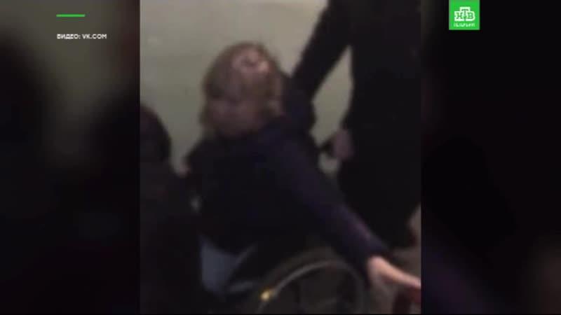 Инвалида-колясочника спускают по лестнице