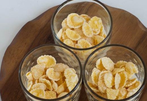Кукурузные хлопья с йогуртом и абрикосами